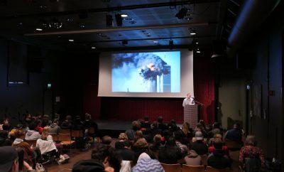 På skolebesøk med bok om konflikten i Afghanistan